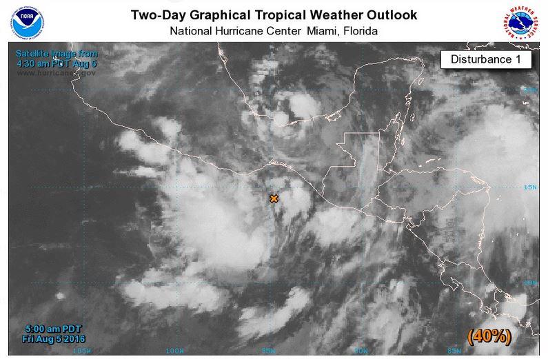 Un sistema de baja presión, que se ubica cerca del Golfo de Tehuantepec, México, provocará lluvias en el país. (Foto Prensa Libre: Centro Nacional de Huracanes de EE.UU)