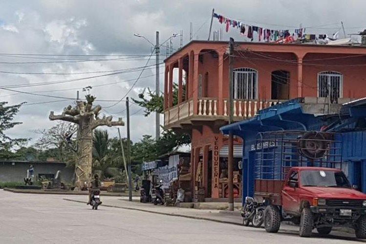 Vecinos dicen que son constantes los cortes de luz en Melchor de Mencos.(Foto Prensa Libre: Rigoberto Escobar)