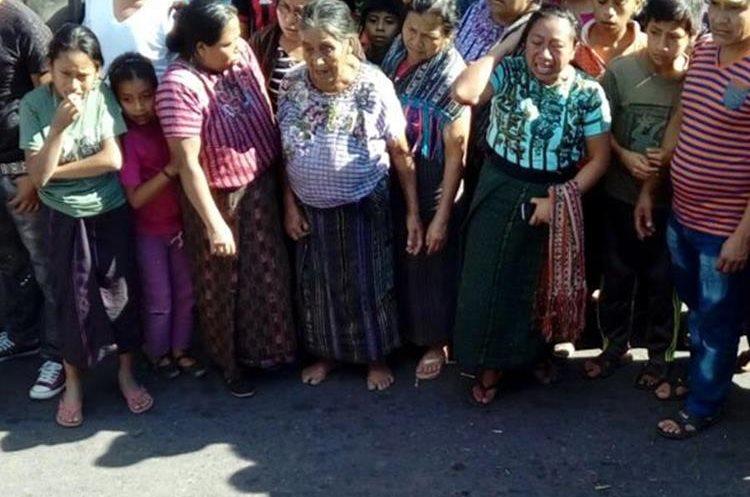 Los vecinos del cantón Panabaj, Santiago Atitlán, Sololá, están consternado por la muerte de los dos menores. (Foto Prensa Libre: Ángel Julajuj)
