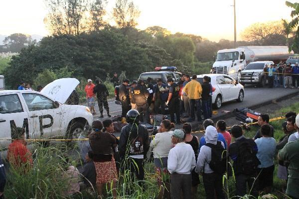 Las víctimas fueron abandonadas en un automóvil, a un costado de la carretera, en Escuintla.