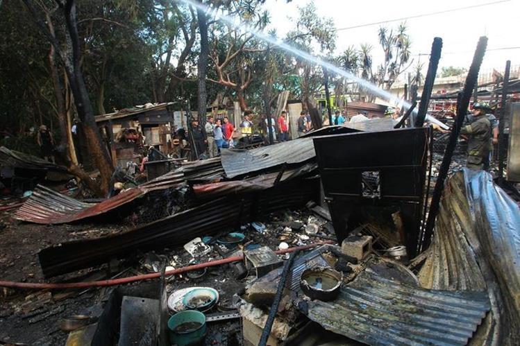 Un incendio consumió una vivienda en la zona 21 capitalina. (Foto Prensa Libre. Álvaro Interiano)