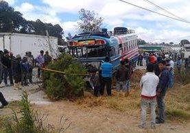 Autobús accidentado en el km 77 de la ruta Interamericana. (Foto Prensa Libre: José Rosales)