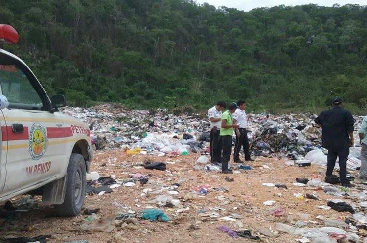 Autoridades investigan la muerte de una niña de siete meses, cuyo cadáver fue hallado en un vertedero en Flores, Petén. (Foto Prensa Libre: Rigoberto Escobar)