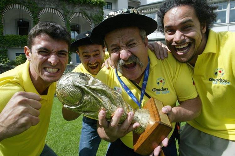 Clovis Fernandes nunca perdió su alegría y amor por la selección brasileña. (Foto Prensa Libre: EFE)