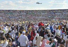 Más de 40 mil personas acudieron al llamado del papa Francisco. (Foto Prensa Libre: AFP).