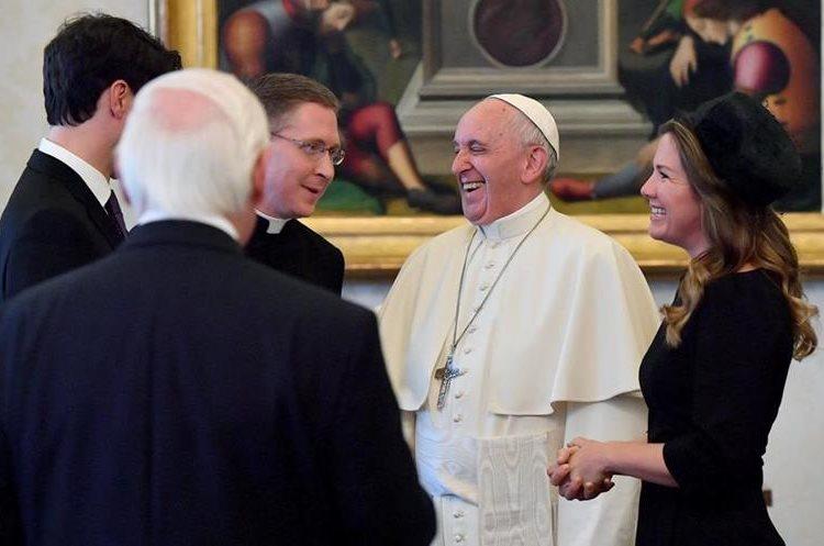 El Papa y los esposos Trudeau tuvieron una charla amena. (Foto Prensa Libre: EFE)