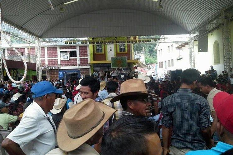 Supuestos simpatizantes del alcalde agredieron a trabajadores de la comuna. (Foto Prensa Libre: Mike Castillo)