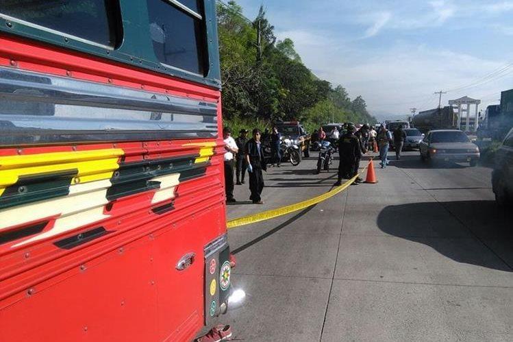 La Policía Nacional Civil cierra uno de los carriles hacia el sur, en la ruta al Pacífico, luego del mortal ataque adentro de un bus. (Foto Prensa Libre: Estuardo Paredes)