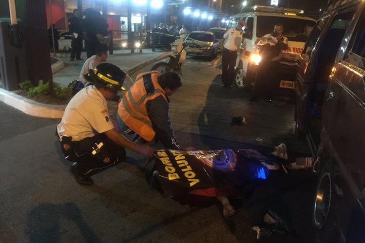 En el ataque armado una bala perdida hirió a un guardia de seguridad privada (Foto Prensa Libre:Bomberos Voluntarios)
