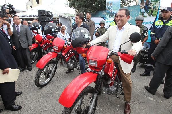 <p>El alcalde  de Villa Nueva, Edwin Escobar, y el ministro de Gobernación, Mauricio López, prueban las nuevas motos de patrullaje que usan la Policía Municipal de Tránsito y el Ejército.</p>