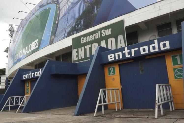 La afición crema es la invitada de honor para el Clásico 299 del futbol guatemalteco. (Foto Prensa Libre: Jorge Ovalle)