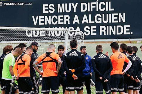 Los jugadores del Valencia se preparan para el partido contra el FC Barcelona. (Foto Prensa Libre: Valencia FC).