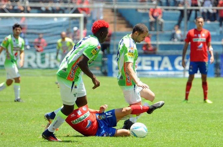 Municipal y Antigua GFC ofrecieron un buen juego a los asistentes en el Trébol. (Foto Prensa Libre: Jeniffer Gómez)
