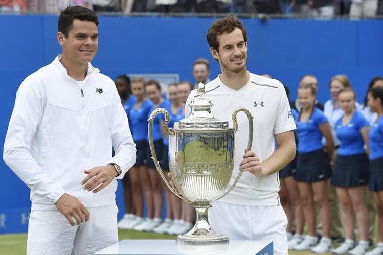 Andy Murray posa con el trofeo junto con Milos Raonic. (Foto Prensa Libre: EFE)