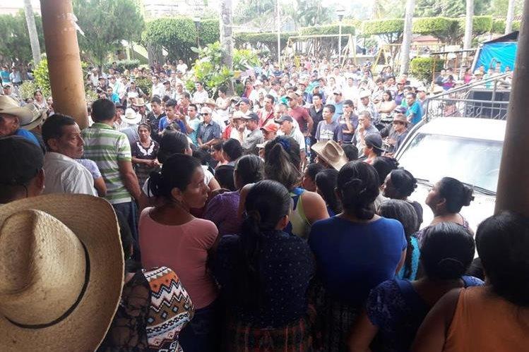 Decenas de vecinos protestaron el martes pasado en contra de la corporación municipal de Santo Domingo. (Foto Prensa Libre: Cristian Icó)