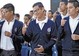 Los estudiantes del Centro de Educación Continuada para Adolescentes con Discapacidad Auditiva (Cecada), en zona 1 de la capital, participan en un acto cívico. (Foto Prensa Libre: Esbin García)