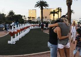 En memoria de las víctimas mortales del ataque a un concierto en Las Vegas, se efectuaron actividades enfrente cerca del hotel donde se hospedó el atacante. (Foto, Prensa Libre: Las Vegas Sun vía AP)