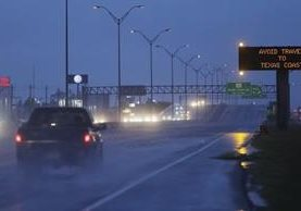 Autoridades tratan de agilizar las evacuaciones ante inminente llegada de huracán a Texas. (Foto Prensa Libre: AP)