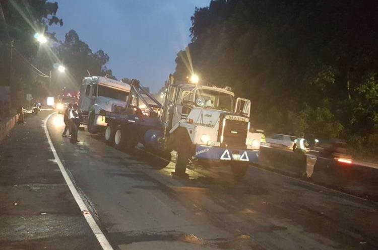 Grúas movilizan los vehículos accidentados en la bajada de Villalobos. (Foto Prensa Libre: PMT de Villa Nueva)