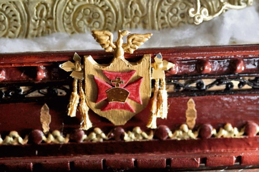 Los detalles  reales deben prevalecer como este escudo. Las simulaciones de tallado en relieve se hacen con plasticina o con cartón chip.