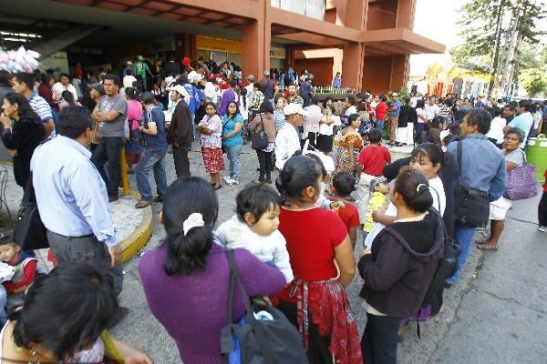 largas filas  de personas se observan en las sedes del Renap. La población    pretende obtener su DPI antes del vencimiento de la cédula.