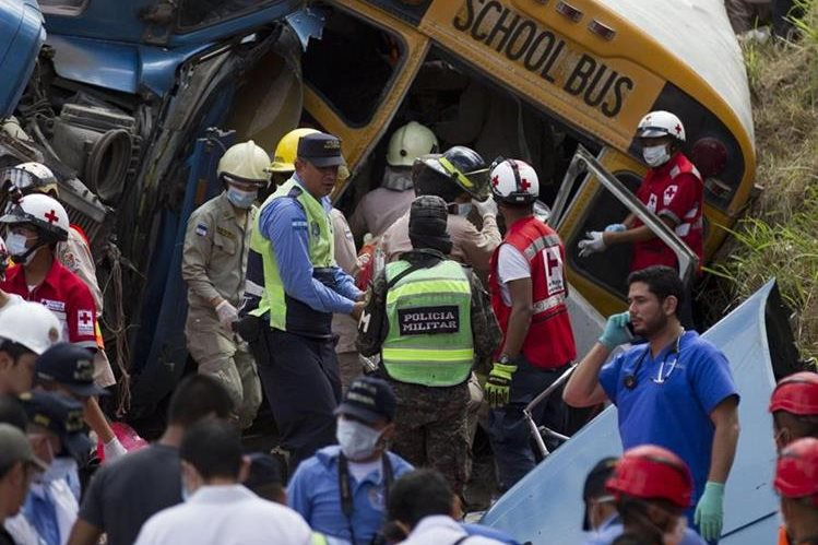 Socorristas rescatan a víctimas de busazo en Honduras. (Foto Prensa Libre: EFE)