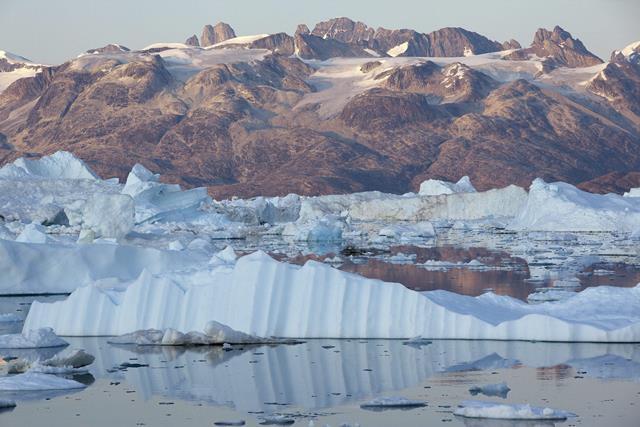 El calentamiento global está haciendo estragos en las zonas árticas. La fotografía muestra el derretimiento de los glaciares en el Polo Norte. (Foto Prensa Libre: Hemeroteca PL).