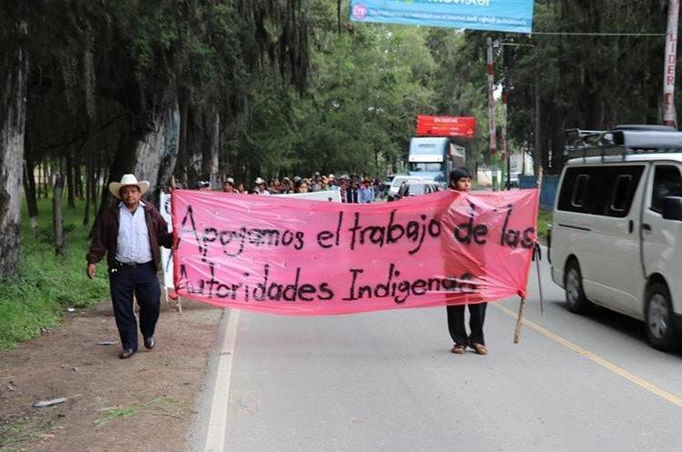 Vecinos con pancartas en manos muestran su apoyo al alcalde indígena de Santa Cruz del Quiché. (Foto Prensa Libre: Héctor Cordero)