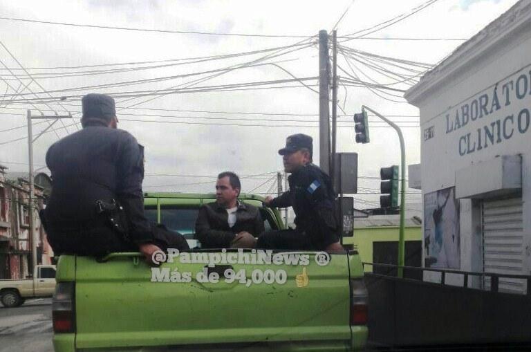 Policía Nacional Civil traslada captura a un hombre señalado de acoso en el Transmetro. (Foto Prensa Libre: Pampichi News)