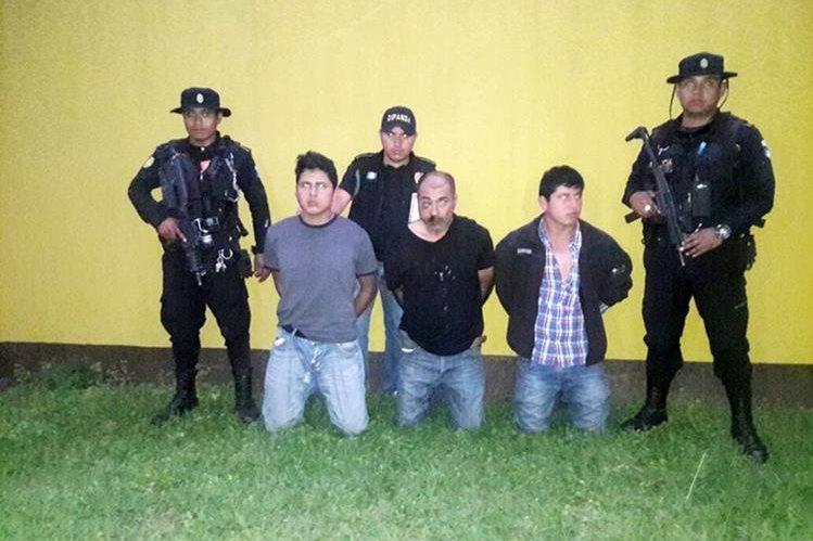 Presuntos extorsionistas fueron capturados por elementos de la Policía Nacional Civil en Cobán. (Foto Prensa Libre: Eduardo Sam)