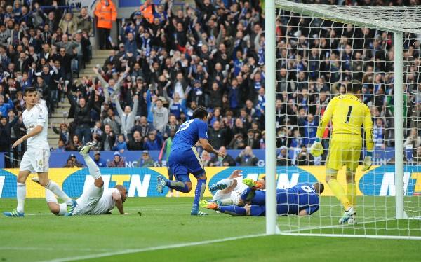Leonardo Ulloa se convirtió en la figura del Leicester que pelea el título en la Premier. (Foto Prensa Libre: AP)
