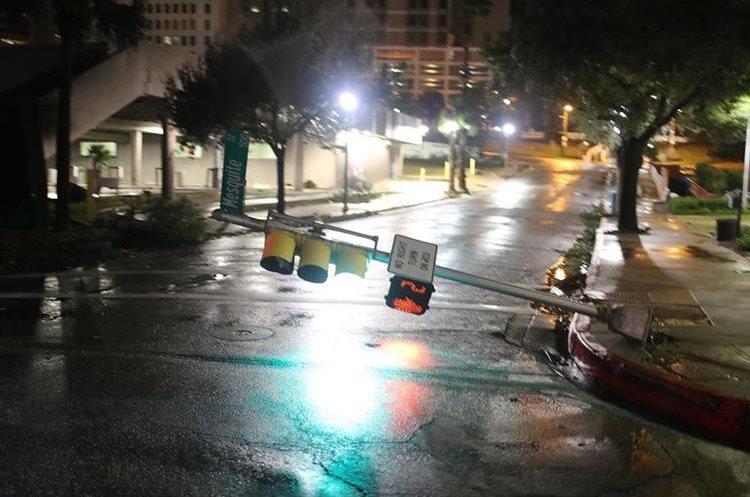 Varios semáforos fueron derribados por los fuertes vientos provocados por del huracán Harvey en Corpus Christi, Texas, EE.UU.(AFP).