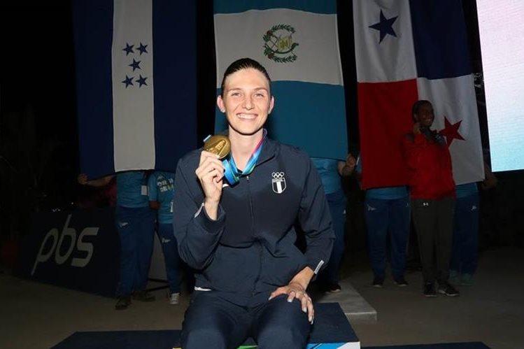 La guatemalteca Gisela Morales posa con la medalla de oro que obtuvo en los 50 metros dorso en los XI Juegos Centroamericanos de Managua. (Foto Prensa Libre: Carlos Vicente)