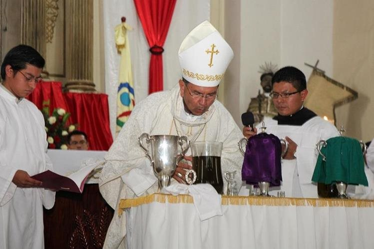 El obispo Rodolfo Valenzuela Núñez oficia misa crismal en Cobán. (Foto Prensa Libre: Eduardo Sam).