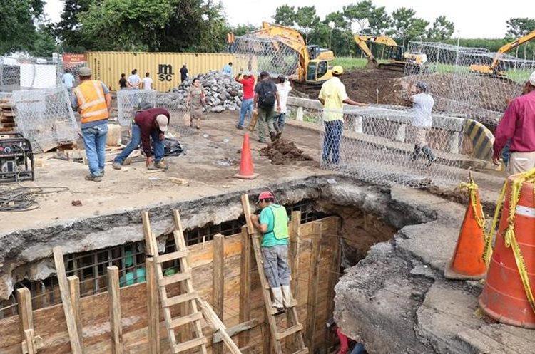 El agujero del puente Cameyá,  Suchitepéquez, ha originado una grave crisis para el transporte y vecinos. (Foto: Cristian Soto)