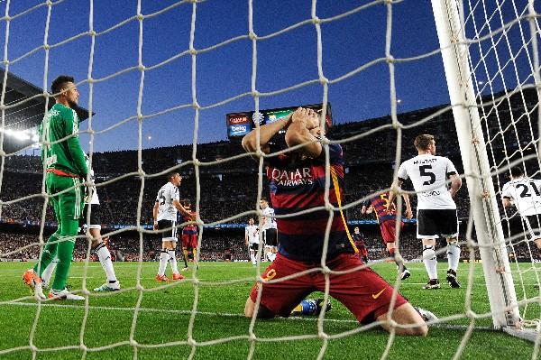 Barcelona cayó en casa contra el Valencia y dejó abierta la Liga. (Foto Prensa Libre: AFP).