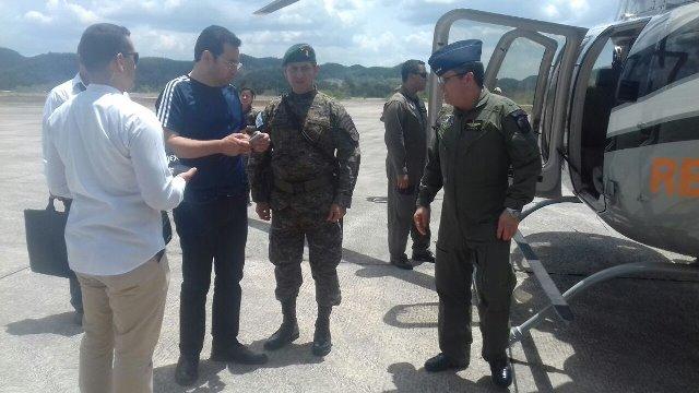 Presidente Jimmy Morales, acompañado de otras autoridades, sobrevoló este sábado las áreas afectadas por los incendios forestales en Petén. (Foto Prensa Libre: AGN)
