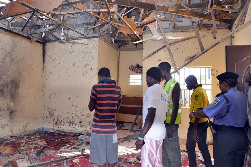 Destrucción y muerte dejaron dos fuertes explosiones ocurridas la madurgada del viernes en una mezquita en Nigeria. (Foto Prensa Libre: AFP).