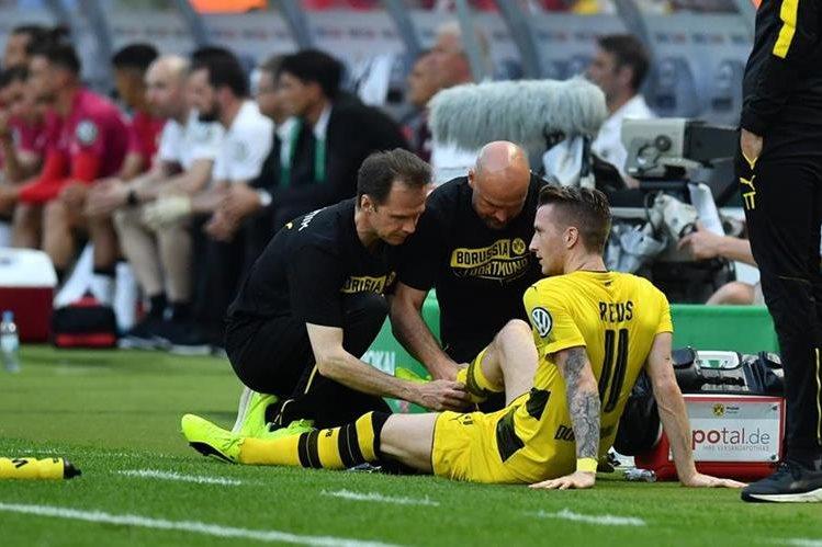 Reus tuvo que recibir asistencia médica durante la final de la copa alemana, la lesión lo dejará varios meses fuera. (Foto Prensa Libre: AFP)