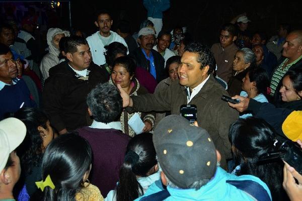 Byron Tejeda dialoga con inconformes.