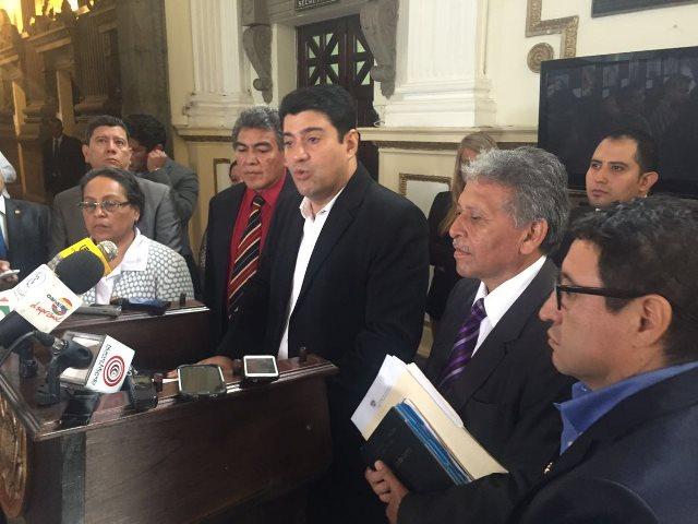 Diputados de la Comisión de Derechos Humanos presentan en el Congreso la iniciativa de Ley para abolir la pena de muerte, (Foto Prensa Libre: Jessica Gramajo)