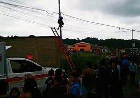 Guadalupe Martínez , de 20 años, murió electrocutado cuando trabajaba en un poste para una empresa de cable en Cobán, Alta Verapaz. (Foto Prensa Libre: Eduardo Sam Chun)