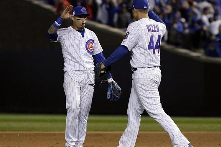 Javier Baez y Anthony Rizzo celebran al concluir el duelo frente a los Dodgers. (Foto Prensa Libre: AP)