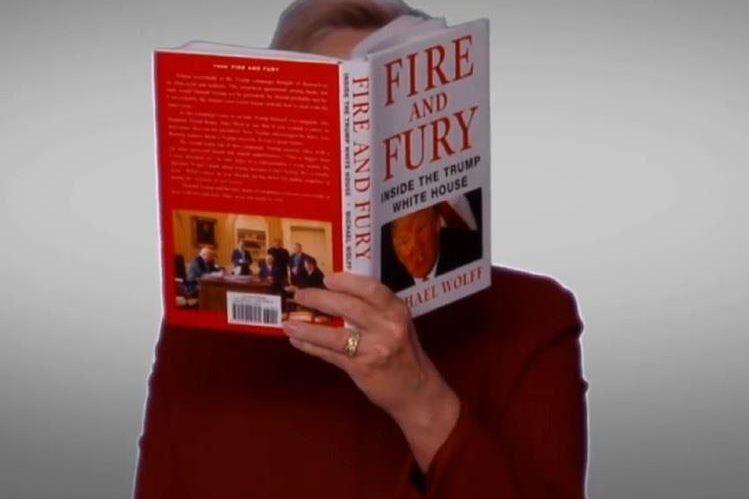 Hillary Clinton leyó en la entrega de los Grammy, un fragmento del libro Fire and Fury, una crítica a su primer año de mandato. (Foto Prensa Libre: Grammys)