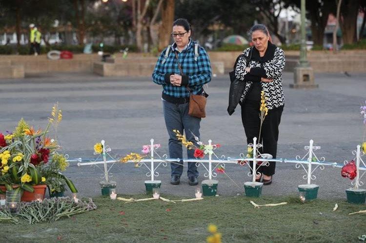 Varias personas se acercan para observar el altar en la Plaza de la Constitución. (Foto Prensa Libre: Érick Álvarez)
