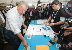 El primer guatemalteco en votar fue Carlos Campollo Bracamonte, votó en la capital. (Foto Prensa LIBRE: Á. Interiano)