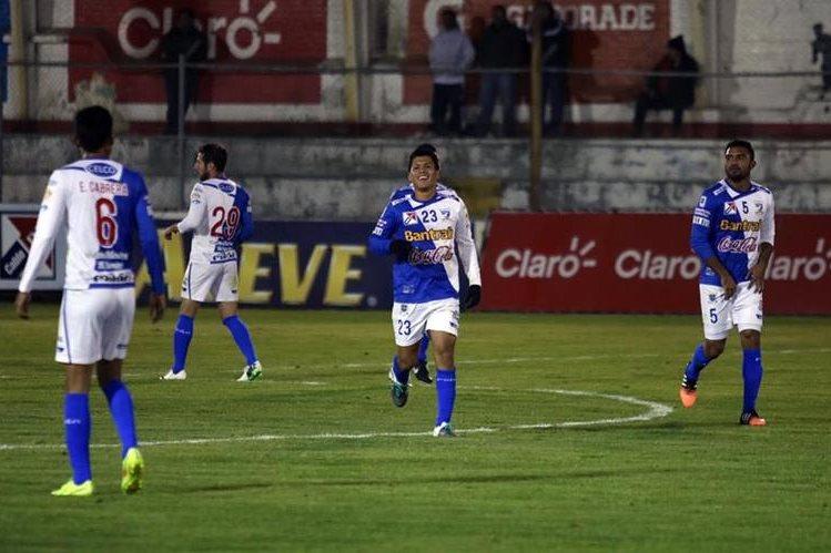 Víctor Armas (centro), se encargó de anotar el único gol con el cual Suchitepéquez venció 0-1 a Xelajú MC. (Foto Prensa Libre: Carlos Ventura).