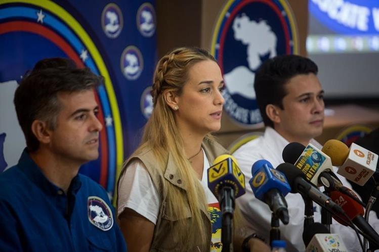 Lilian Tintori (al centro), esposa de Leopoldo López, habla ante la prensa en Caracas. (Foto Prensa Libre: EFE).