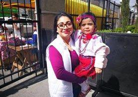 Claudia Romero tiene cuatro años de acudir al Santuario de Guadalupe.(Foto Prensa Libre: José Patzán)