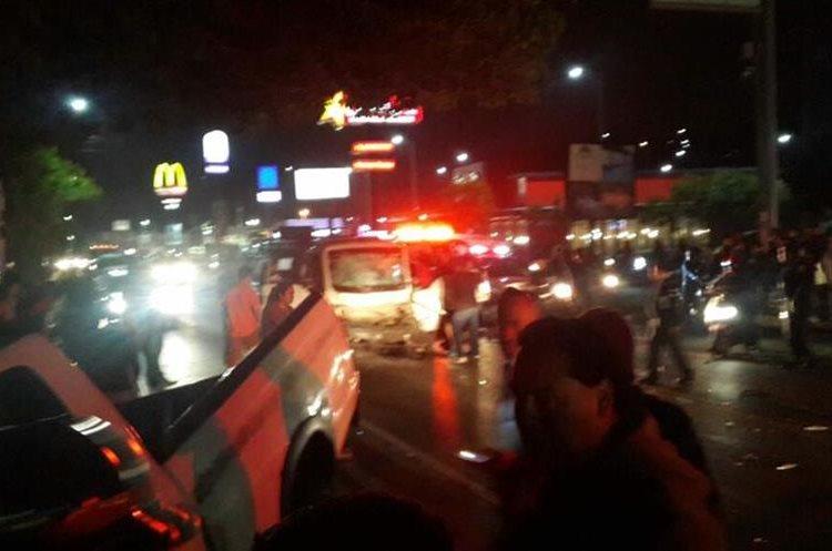 Vehículos en Villa Nueva no pueden transitar por el Frutal a causa de una colisión. (Foto: @DaliaSantos)
